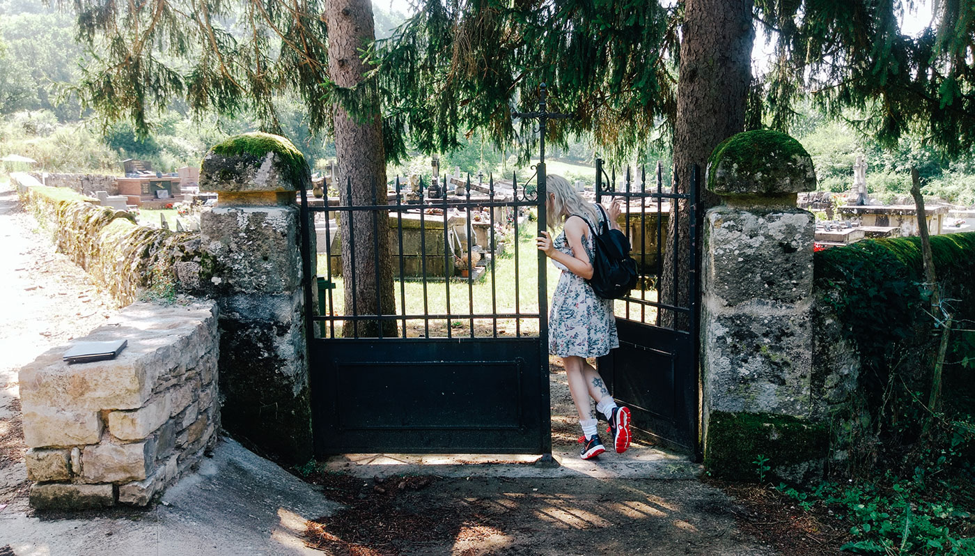 acourseindying_camburat_france_cemetery_04