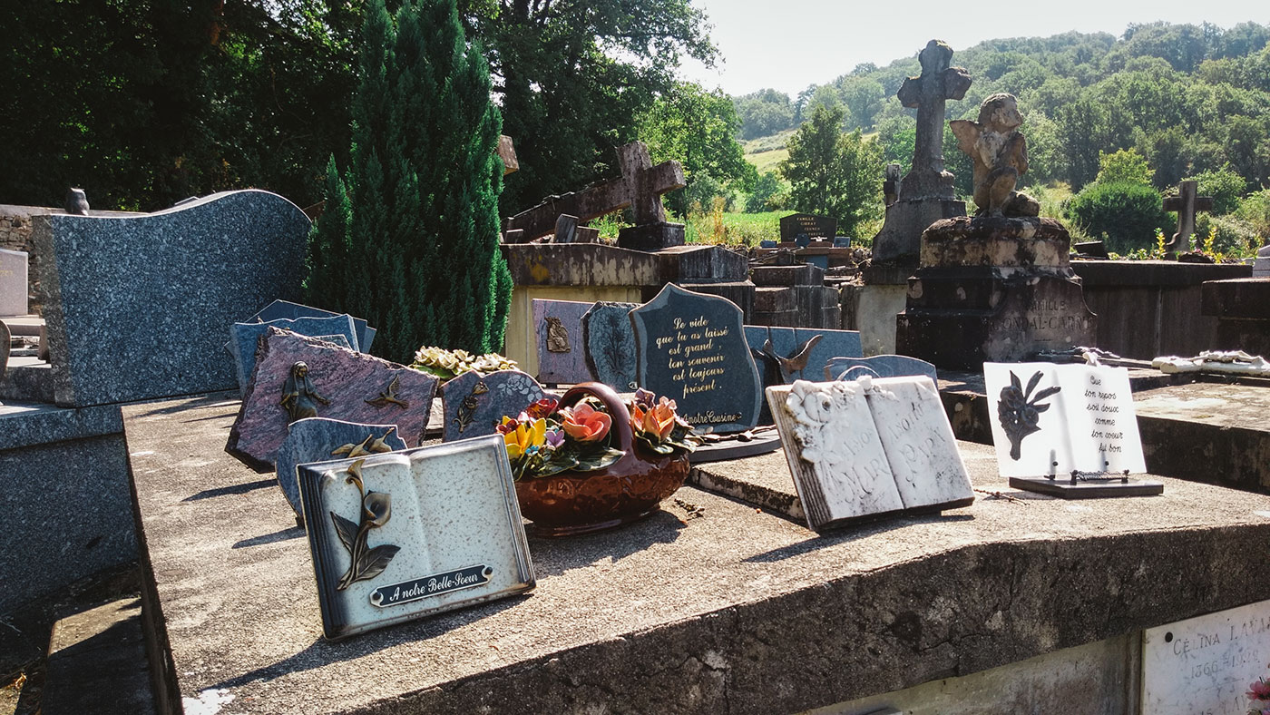 acourseindying_camburat_france_cemetery_07