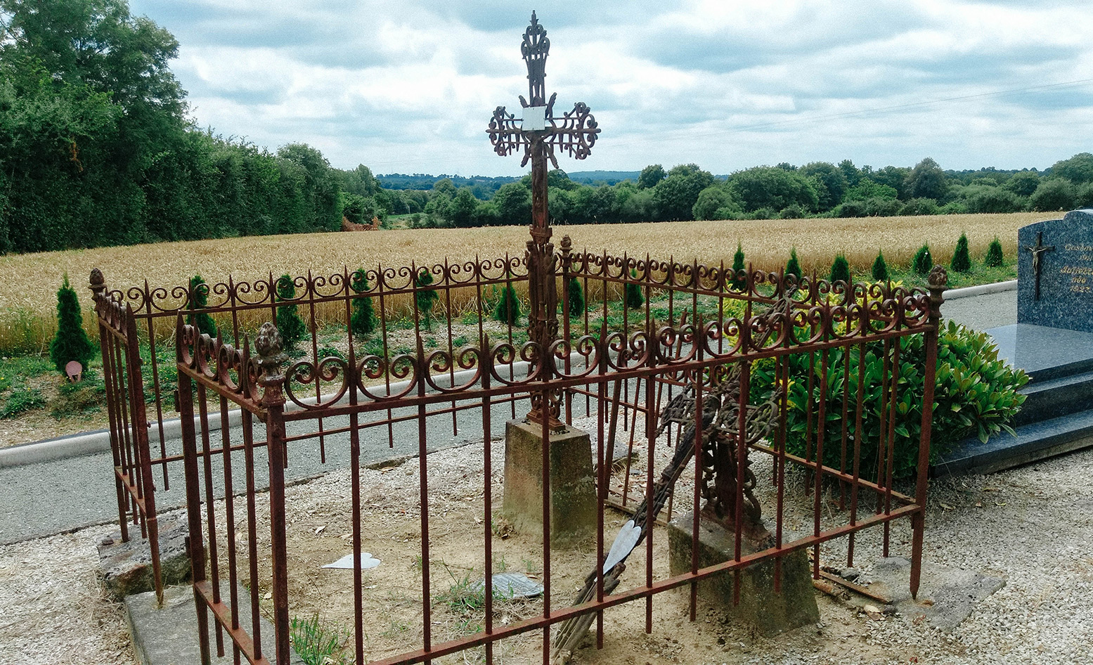acourseindying_loupfougeres_cemetery_01