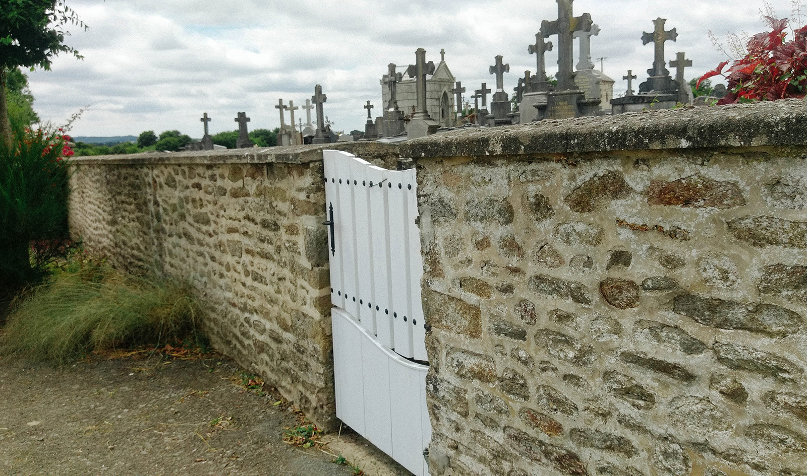 acourseindying_loupfougeres_cemetery_03