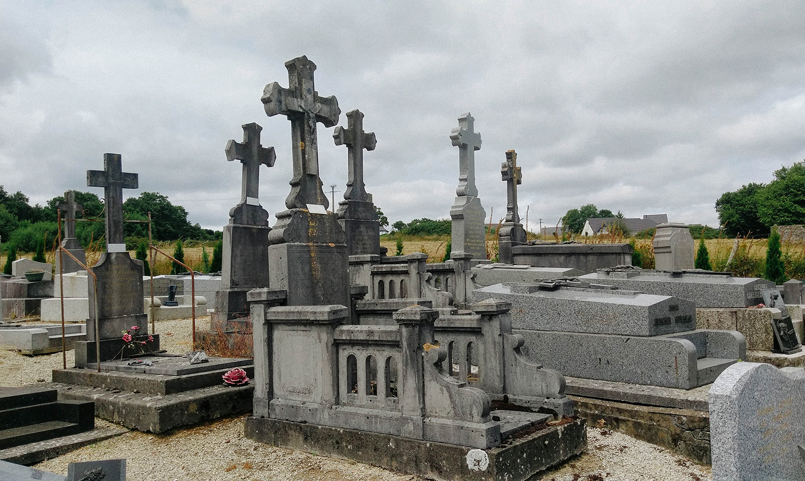 acourseindying_loupfougeres_cemetery_08